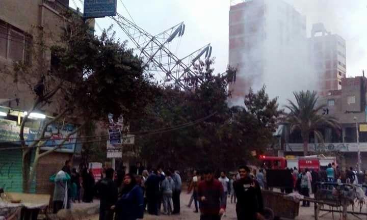 بالصور.. سقوط برج لكهرباء الضغط العالي وسط منطقة سكنية بالنزهة الجديدة