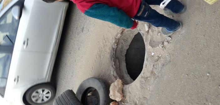 مواطنة تحذر من بلاعات مفتوحة تهدد حياة المارة في شارع بالمقطم (صور)