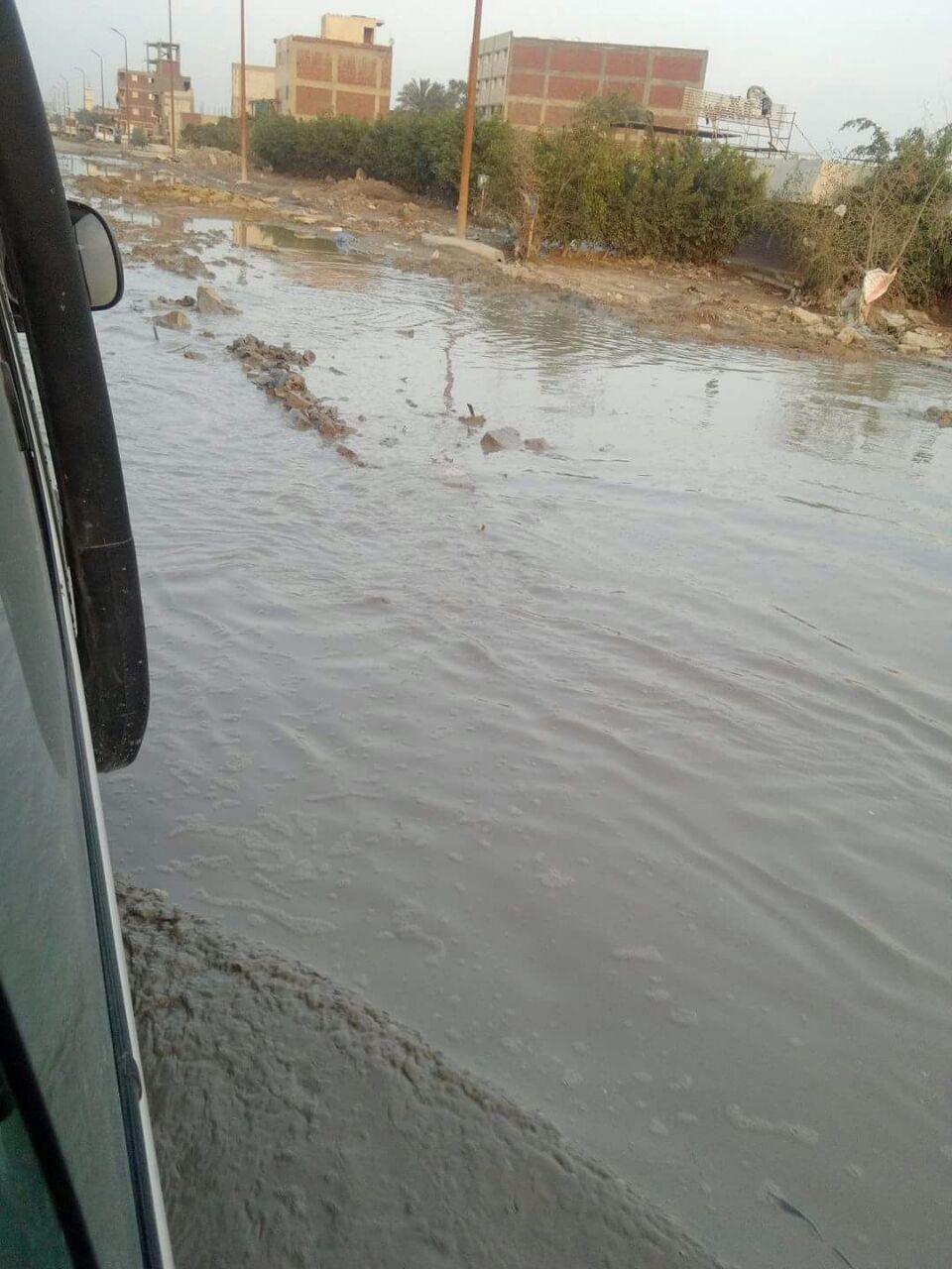 بالصور.. غرق طريق «أم زغيو» بالعجمي غربي الإسكندرية
