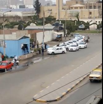 سكان النزهة يشكون تحول شارع لجراج تاكسي.. و «مغسلة» سيارات (فيديو)