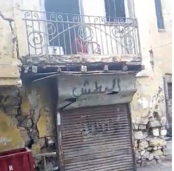 منزل آيل للسقوط يثير رعب سكان أحد شوارع روض الفرج (فيديو)
