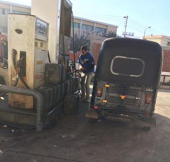 بالصور.. تهريب بنزين من محطة وقود بالشرقية