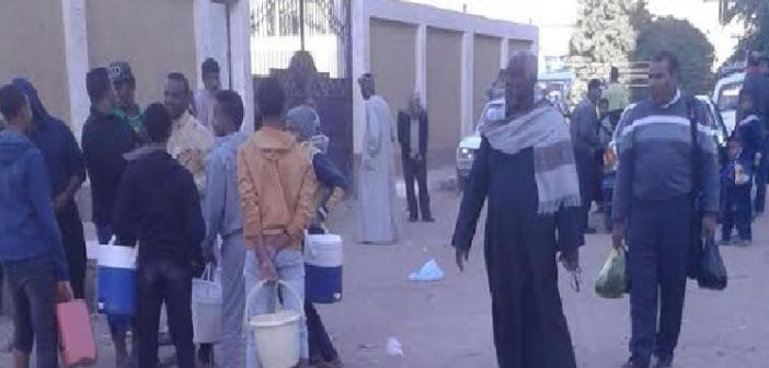 غضب بين أهالي «المحمودية» بأسوان لانقطاع المياه 3 أيام متواصلة (صور)