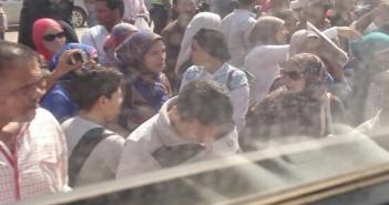 أولياء أمور يتظاهرون أمام محافظة الجيزة للمطالبة بحق أبناء فى دخول المدارس التجريبية