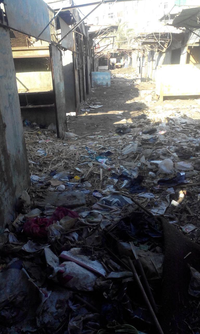 شيخ سوق مدينة السلام يطالب برفع القمامة منه (صور)