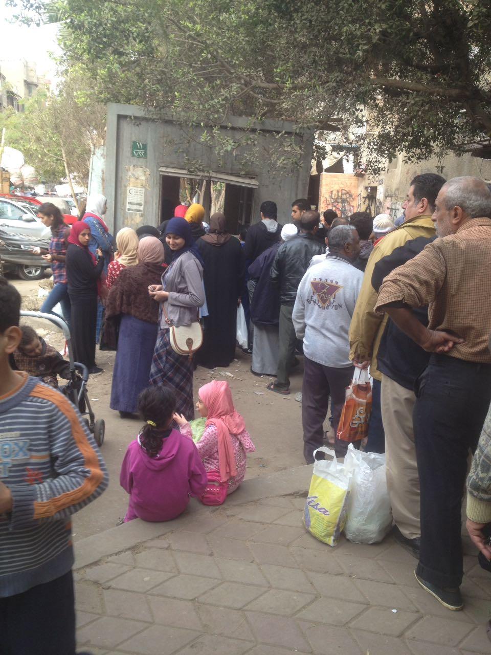على بعد مئات الأمتار من مبنى «التموين».. عودة طوابير الخبز في عابدين (صور)