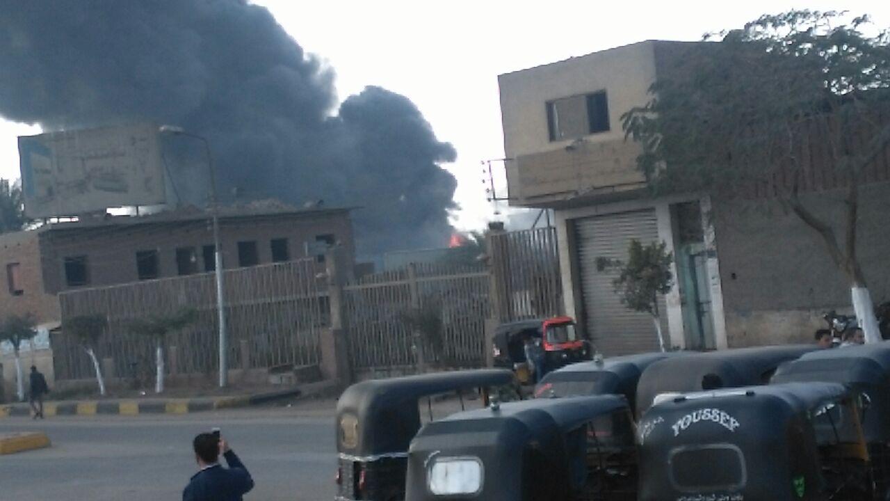 بالصور والفيديو.. لحظة اندلاع حريق في شركة للأدوات الصحية بقليوب