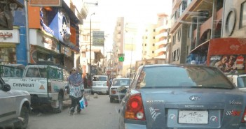 سيارة مخالفة تتحرك بحرية في شوارع أسيوط (صورة)