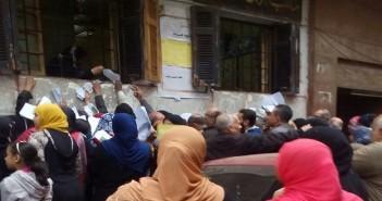 صور.. زحام شديد أمام مكتب تموين مصر القديمة.. واستياء من تعامل الموظفين