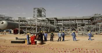 أرشيفية - عمال البترول