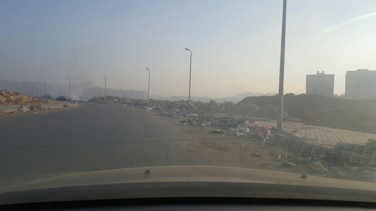 حرق القمامة قرب التجمعات السكنية والمدارس في حدائق المعادي (صورة)