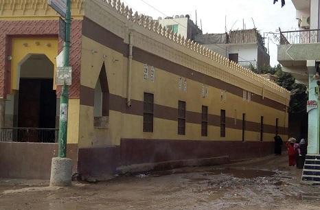 مياه الصرف والروائح الكريهة تحاصر المسجد الكبير في «القطا» بالجيزة (صور)