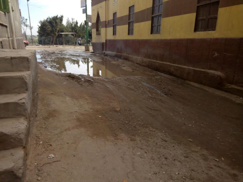 مياه الصرف تحاصر المسجد الكبير بقرية «القطا»: والأهالي الريحة تعبتنا (صور)