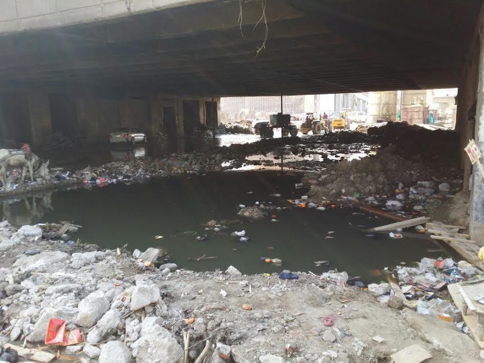بالصور.. شارع 10 بالوراق غارق في الصرف الصحي والقمامة
