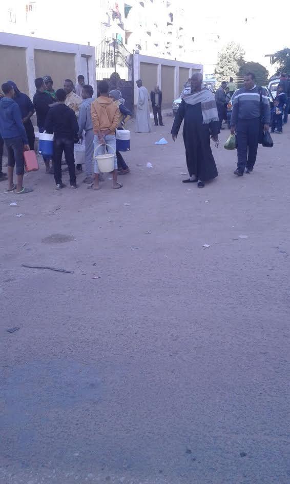 غضب بين أهالي «المحمودية» بأسوان بسبب انقطاع المياه 3 أيام متواصلة (صور)