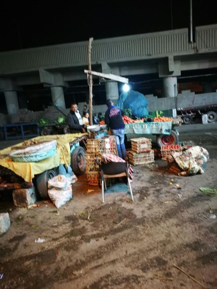 أسفل كوبري الرياح التوفيقي ببنها يتحول لمقلب قمامة وسوق عشوائي (صور)