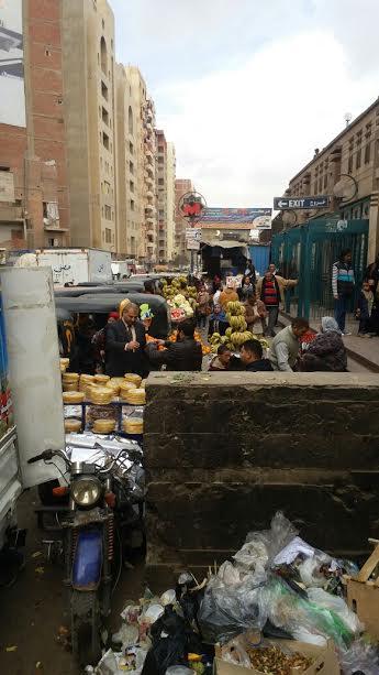 سكان عزبة النخل يشكون احتلال الباعة الجائلين والتوك توك محيط المترو (صور)