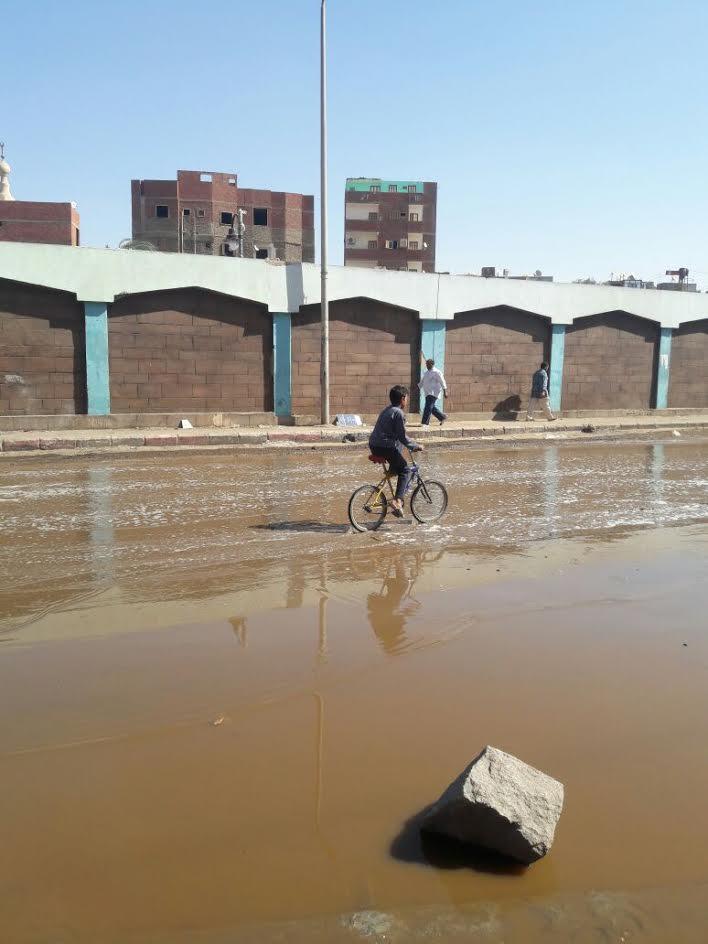 غرق شارع «المحطة» بأسوان بمياه الصرف الصحي (صور)