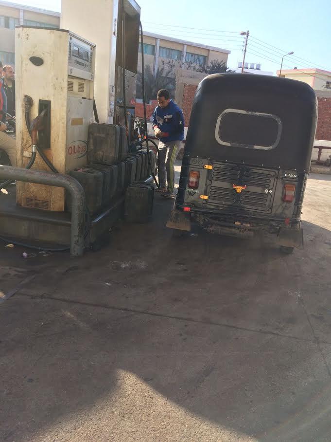 بالصور.. تهريب البنزين للسوق السوداء من محطة وقود بالشرقية