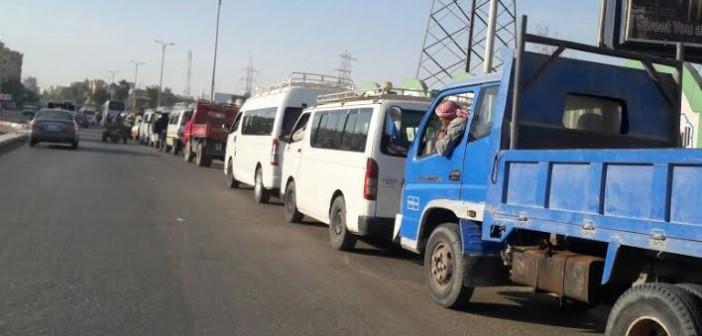 «طوابير لا تنتهي» أمام محطات الوقود في أسوان بسبب نقص البنزين (صور)