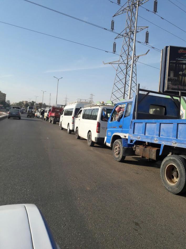 طوابير أمام محطات الوقود بأسوان.. ومخاوف من استمرار الازمة (صور)
