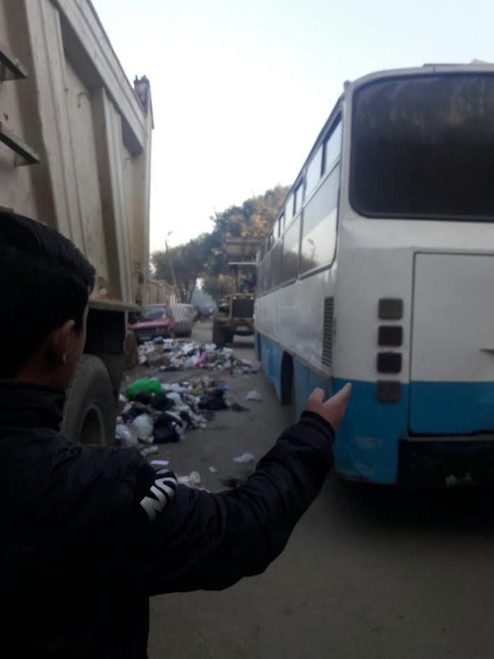 سكان بالجبل الأخضر يشكون انتشار القمامة وتعطيل الطرق بركن السيارات (صورة)