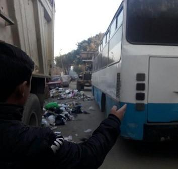 سكان بالجبل الأخضر يشكون انتشار القمامة وتعطل الطرق بركن السيارات (صورة)