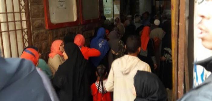طوابير الانتظار الطويلة لصرف التموين تثير غضب مواطني أسوان (صور)