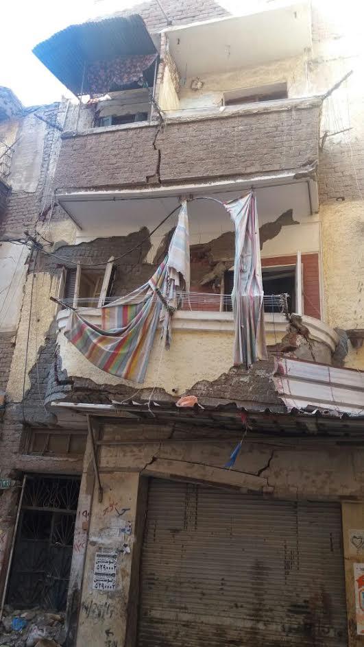 عقار آيل للسقوط يثير رعب الأهالي بالإسكندرية.. ومطالب بسرعة إزالته (صور)