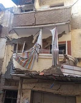 عقار آيل للسقوط يثير رعب الأهالي بالإسكندرية (صور)