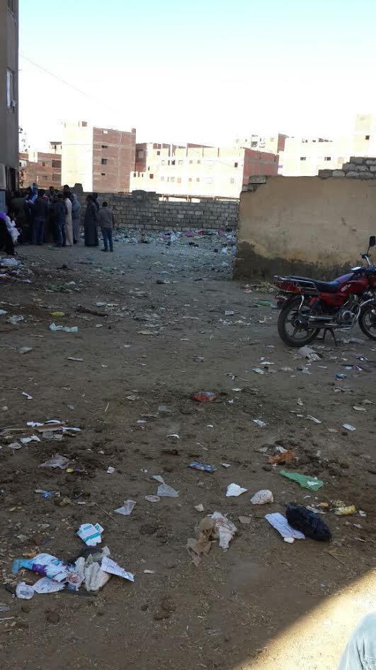 استياء بسبب انتشار القمامة أمام سجل مدني «مغاغة.. والأهالي يطالبون بكراسي وتندة (صور)