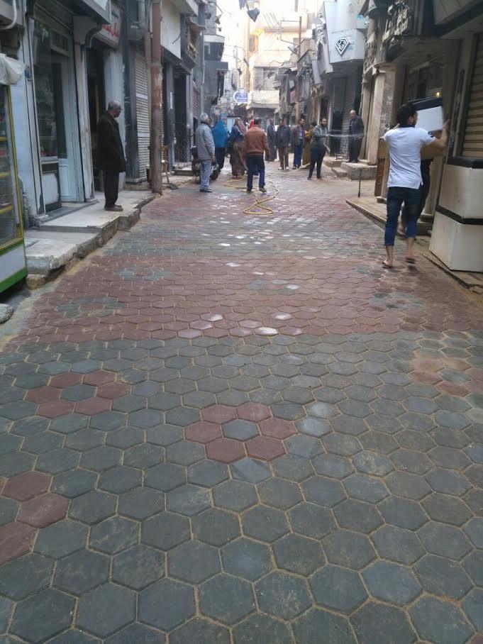 أصحاب المحلات بشارع «الصاغة» بطنطا يعيدو رصف الشارع بعد تجاهل المحافظة لهم (صورة)