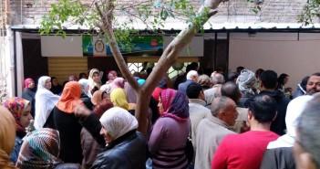 مرتادو مكتب تموين «الرمل» بالإسكندرية يشكون سوء تعامل الموظفين (صور)