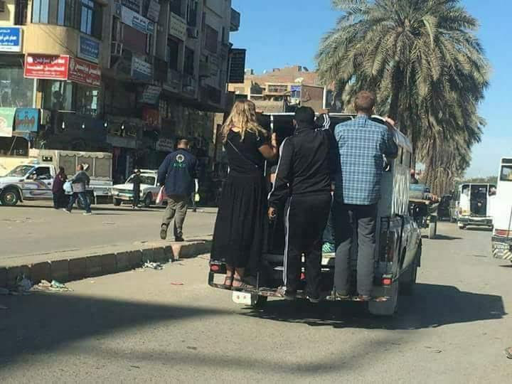 نشاط سياحي.. سياح «متشعبطين» في عربية أجرة (صور)