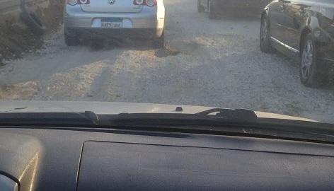 ماسورة مياه مكسورة تعرقل حركة المرور على طريق السويس (صور)