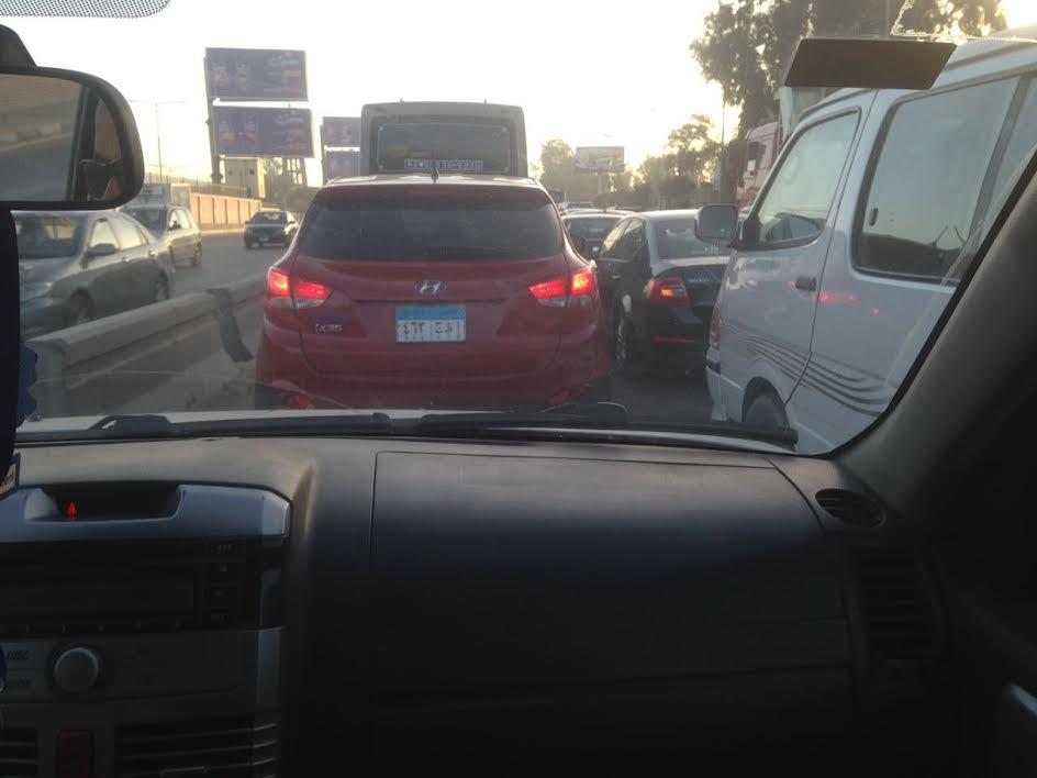زحام على طريق السويس بسبب ماسورة مكسورة: بقالنا سنتين بنعاني (صور)