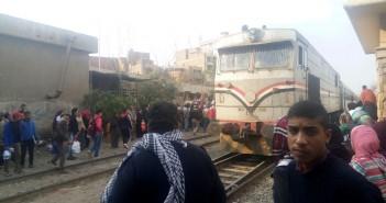 بالصور.. قطار يصدم مواطنا على مزلقان بنها.. وشاهد: «لقي مصرعه»