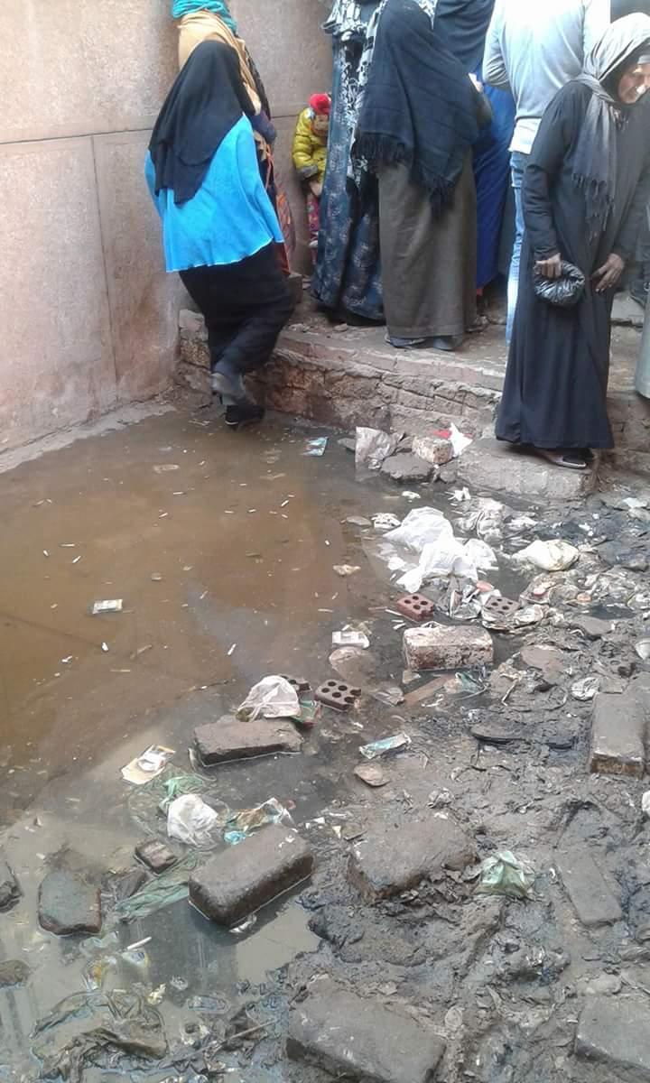 طفح الصرف أمام سجل مدني الواسطى في بني سويف وسط تجاهل المسؤولين (صور)