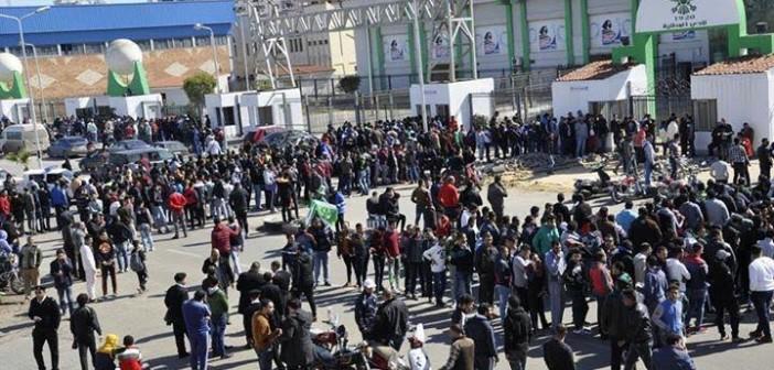 جماهير المصري تتوافد على النادي لشراء تذاكر مبارة الغد (صورة)