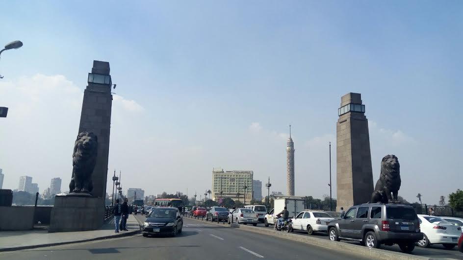 انحراف أتوبيس عن مساره أعلى كوبري قصر النيل (صور)