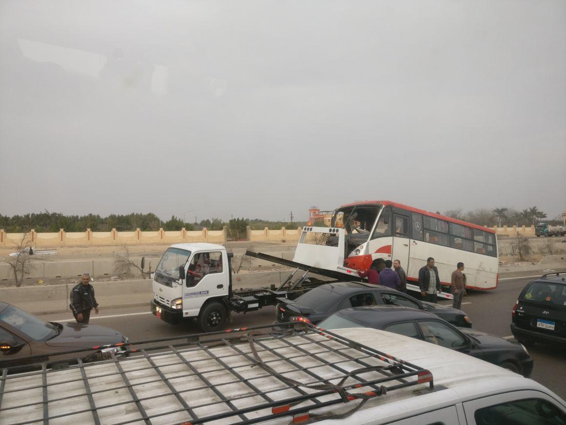 صور.. رفع آثار حادث مروري على طريق القاهرة - الإسكندرية الصحراوي
