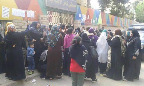 بالصور.. أولياء أمور يتظاهرون أمام «التعليم» بعد منع أبناءهم من دخول مدرستهم بالمعادي