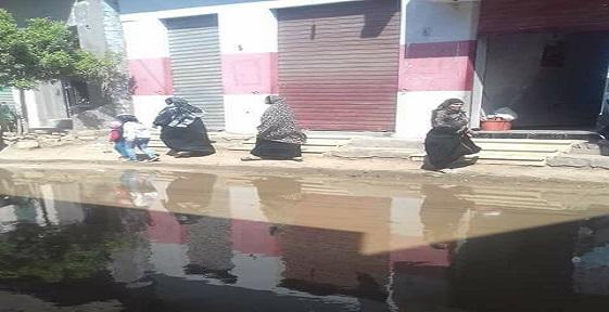طفح الصرف في شوارع بقرية «منية الحيط» بالفيوم (صور)