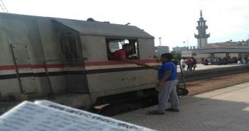 مراهق في كابينة قطار على خط فاقوس – أبو كبير.. ومصدر الصور: كان يقود القطار