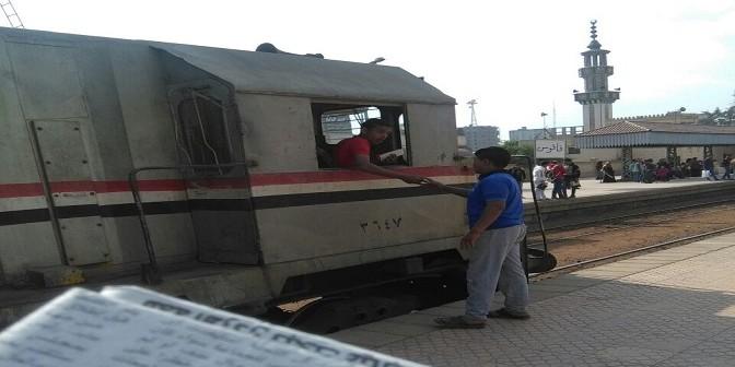 📸مراهق في كابينة قطار على خط فاقوس – أبو كبير.. ومصدر الصور: كان يقود القطار
