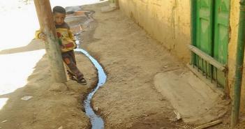 أسوان | تيارات الصرف الصحي تشق طريقها في شوارع «المهاجرين قبلي» (صور)