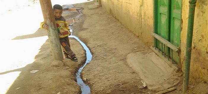 أسوان   تيارات الصرف الصحي تشق طريقها في شوارع «المهاجرين قبلي» (صور)