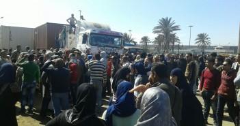 بالصور.. مئات في «احتجاجات الخبز» بالإسكندرية بعد وقف «البطاقات الورقية»
