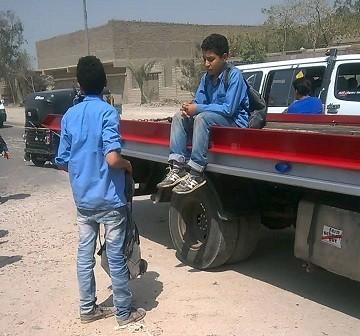 طلاب «الخيالة والفسطاط» يذهبون لمدارسهم بسيارات نصف نقل.. ومطالب بتوفير أتوبيسات (فيديو)