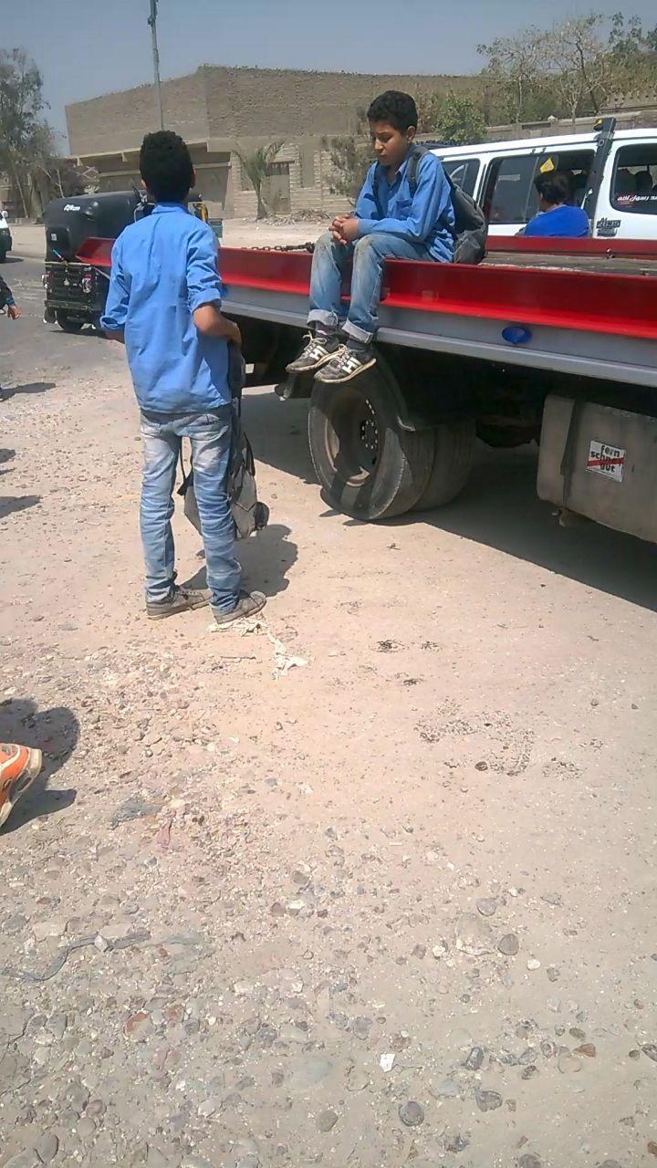 طلاب يتنقلون بسيارات نصف نقل بمنطقة «الخيالة» ومطالب بتوفير أتوبيسات (فيديو)